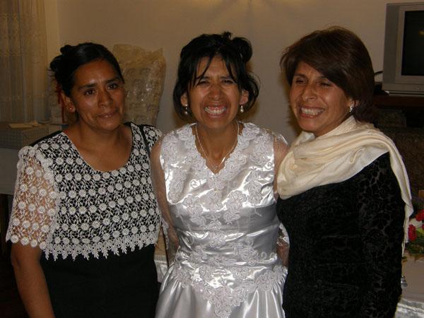 En la boda de Mary, Hilda y Edita sonrientes con su hermana menor