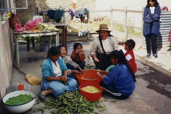 Edita con algunas de las madres ocupadas en preparar el almuerzo