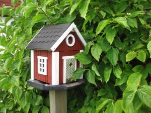 Una casita roja para los pajaritos